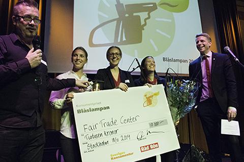 Ordförande Örjan Brinkman samt prisutdelare Per Bolund tillsammans med vinnare Blåslampan 2014 - Fair trade center.