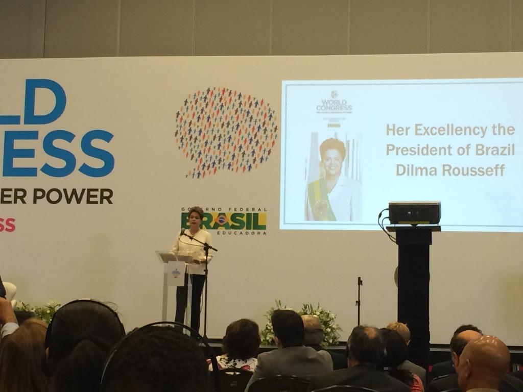 Brasiliens president Dilma Roussef inviger världskongressen.