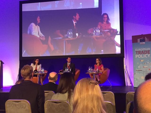 Cecilia Malmström och Kanadas handelsminister Chrystia Freeland (till höger) under en livad diskussion om frihandel i Bratislava igår.