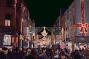 Julshoppingen ökar, när den borde minska. Foto: Kevin Dowling, Unsplash